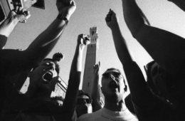 Palio agosto 98, i contradaioli del Nicchio entrano in piazza del Campo a seguito del cavallo per una delle prove che precediono la carriera del giorno 16