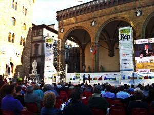 Piazza Signoria: davanti alla Loggia dei Lanzi i video per seguire gli incontri dentro a Palazzo Vecchio