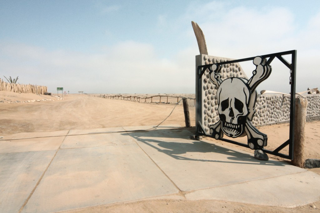 il cancello poco rassicurante all'entrata della Skeleton Coast