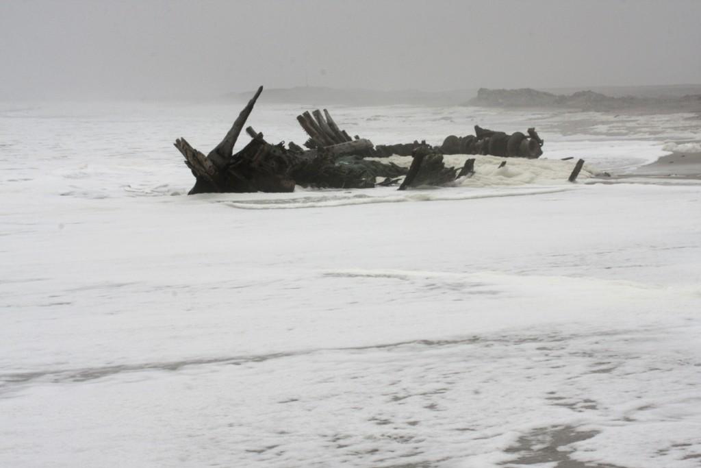 uno scheletro di nave arenato sulla spiaggia