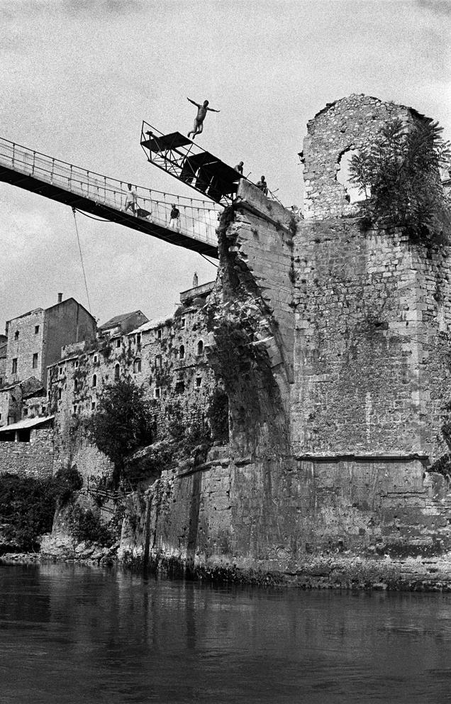 Mostar - tuffo dal ponteggio costruito davanti alla passerella c