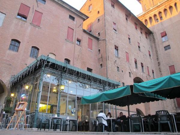 Laterale del Castello estense a Ferrara, in piazza Savonarola