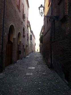 Caratteristica via medievale della città di Ferrara.