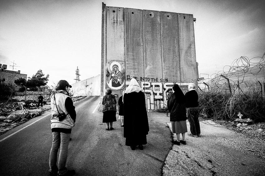 Bethlehem, rosario davanti all'icona della Madonna dipinta sul Muro