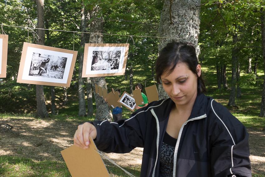 Valentina aiuta a montare la mostra