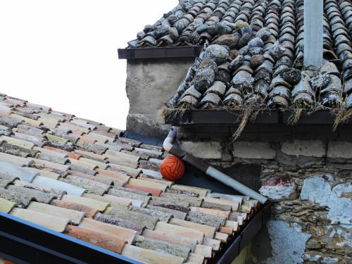 supersantos sui tetti ricoperti di sassi per arginare il vento