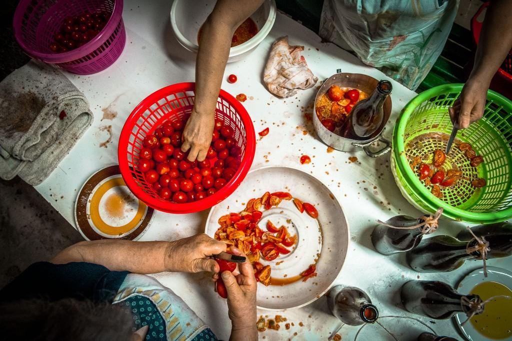 La preparazione della salsa (foto Antonio Sansone)