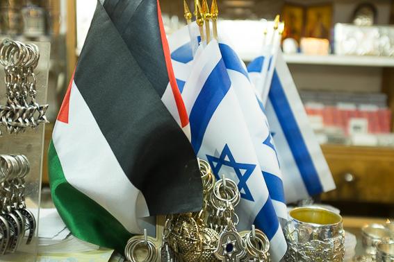 Città Vecchia, Gerusalemme, un negozio con le bandiere di Palestina e di israele
