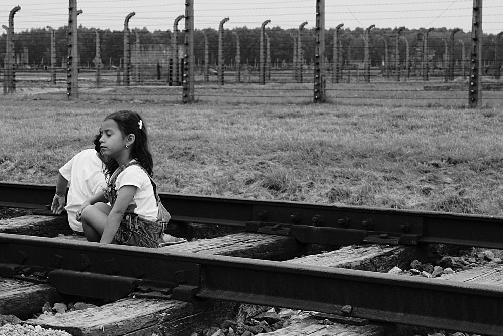 """Auschwitz è di tutti """"Auschwitz è patrimoni di tutti. Nessuno lo dimentichi, nessuno lo contesti. Auschwitz rimanga luogo di raccoglimento e di monito per le future generazioni"""". Conclusioni del libro di memorie di Marta Ascoli, deportata a 17 anni."""