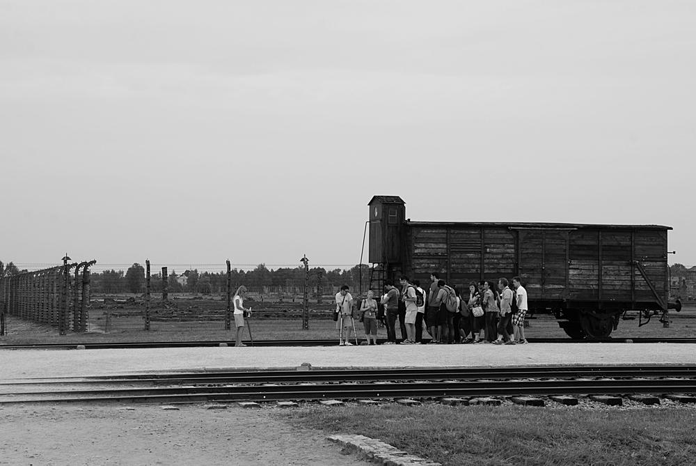 Destinazione Finale Arrivo sulla Judenrampe. Qui avveniva la selezione tra coloro che andavano direttamente al gas e chi veniva momentaneamente salvato e mandato al lavoro.