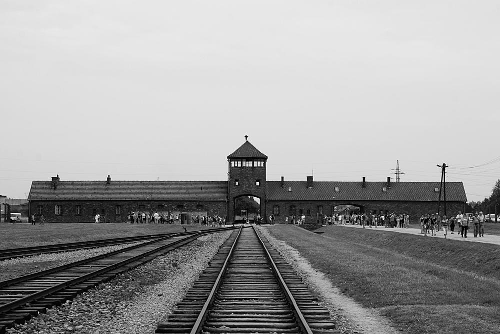 Birkenau II La porta della Morte vista dalla Neurampe, che dal 1944, conduceva direttamente ai crematori.