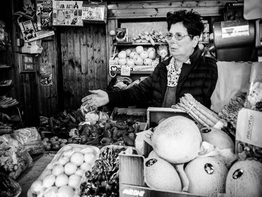 Francesca, l'ortolana che vende giornali
