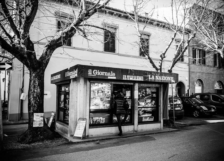 L'edicola che vende verdure in piazza Cavalca