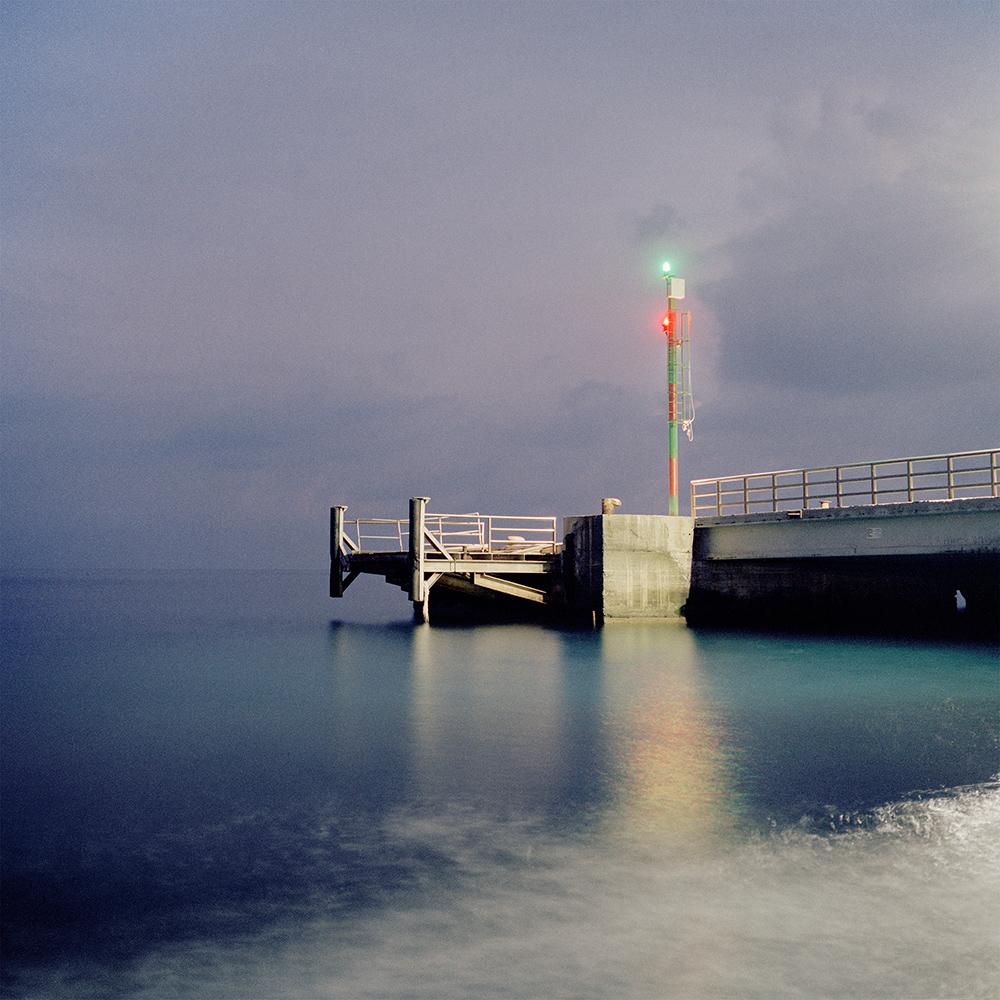 Isola di Stromboli, novembre 2008. Il faro del porto al tramonto.