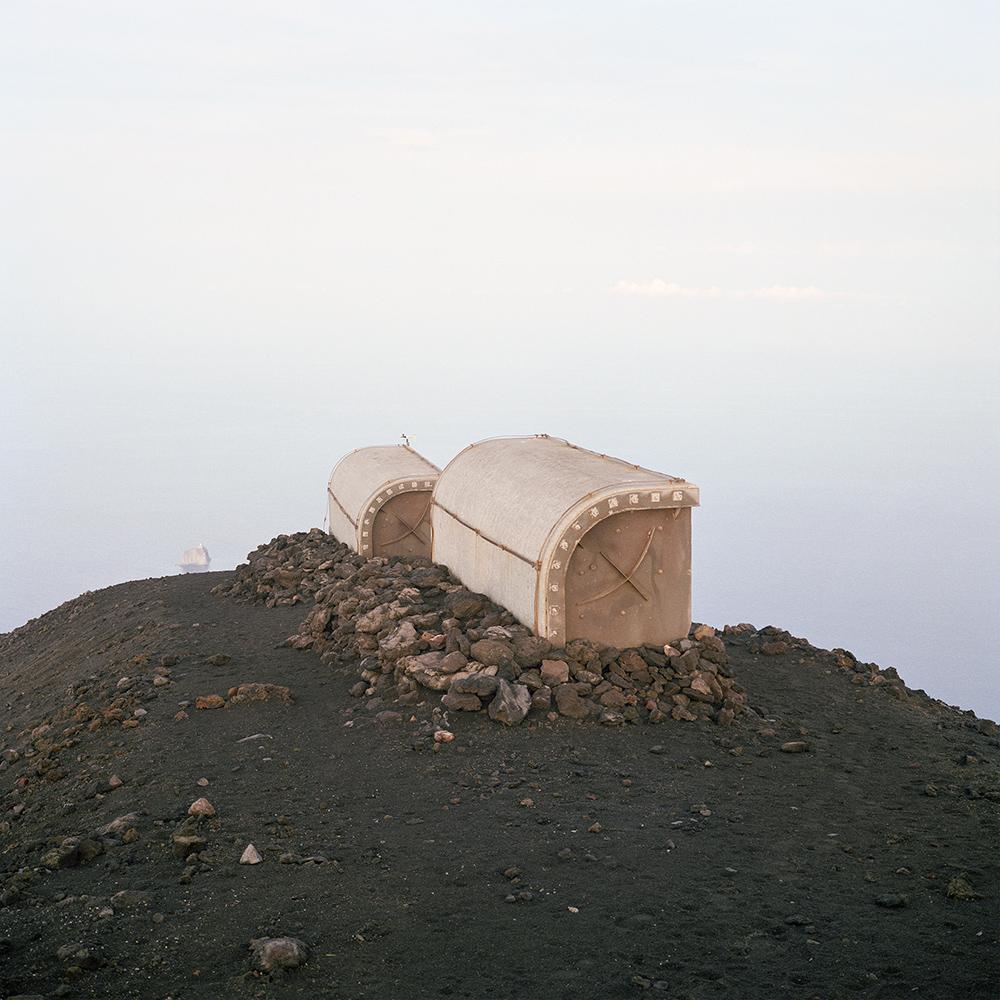 Isola di Stromboli, ottobre 2008. Rifugi sulla cima del vulcano.