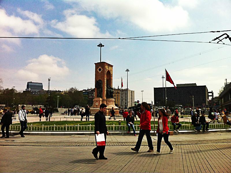 La piazza attraversata da decine di turisti e residenti.