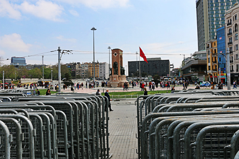 Due vedute della Piazza. Questa dalle transenne posizionate in attesa di essere predisposte per la chiurura della piazza.