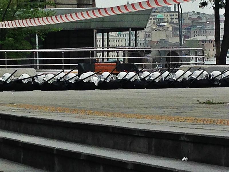 I caschi della polizia, i manganelli, disposti in fila, la mattina del 1° maggio alla fermata della tramvia a Kadikoy