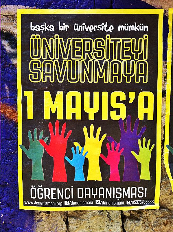 Manifesti e volantini in giro per la città di Istanbul