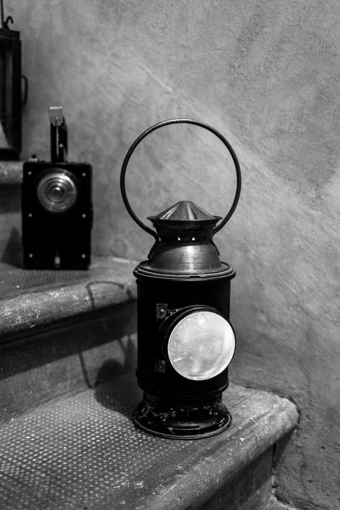 6.Vecchie lampade di segnalazione, in primo piano una Vecchissima a carburo