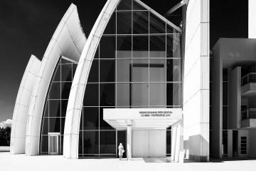 """""""Chiesa dio padre misericordioso 02"""" di Federico Di Iorio - Opera propria. Con licenza CC BY-SA 3.0 tramite Wikimedia Commons - https://commons.wikimedia.org/wiki/File:Chiesa_dio_padre_misericordioso_02.jpg#/media/File:Chiesa_dio_padre_misericordioso_02.jpg"""