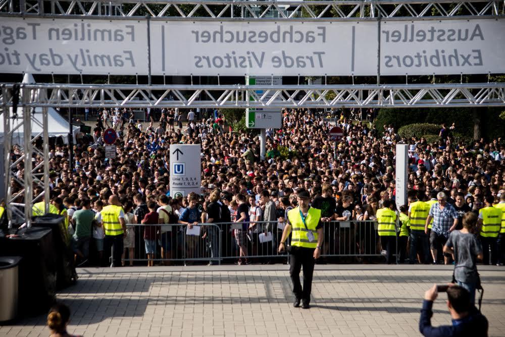 Migliaia di giovani in attesa di entrare alla Gamescom
