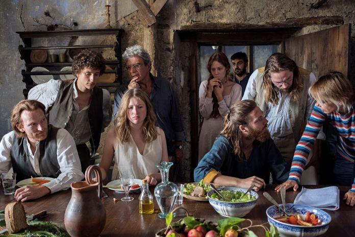 gruppo di artisti riuniti in una sala di cucina che discutono assieme