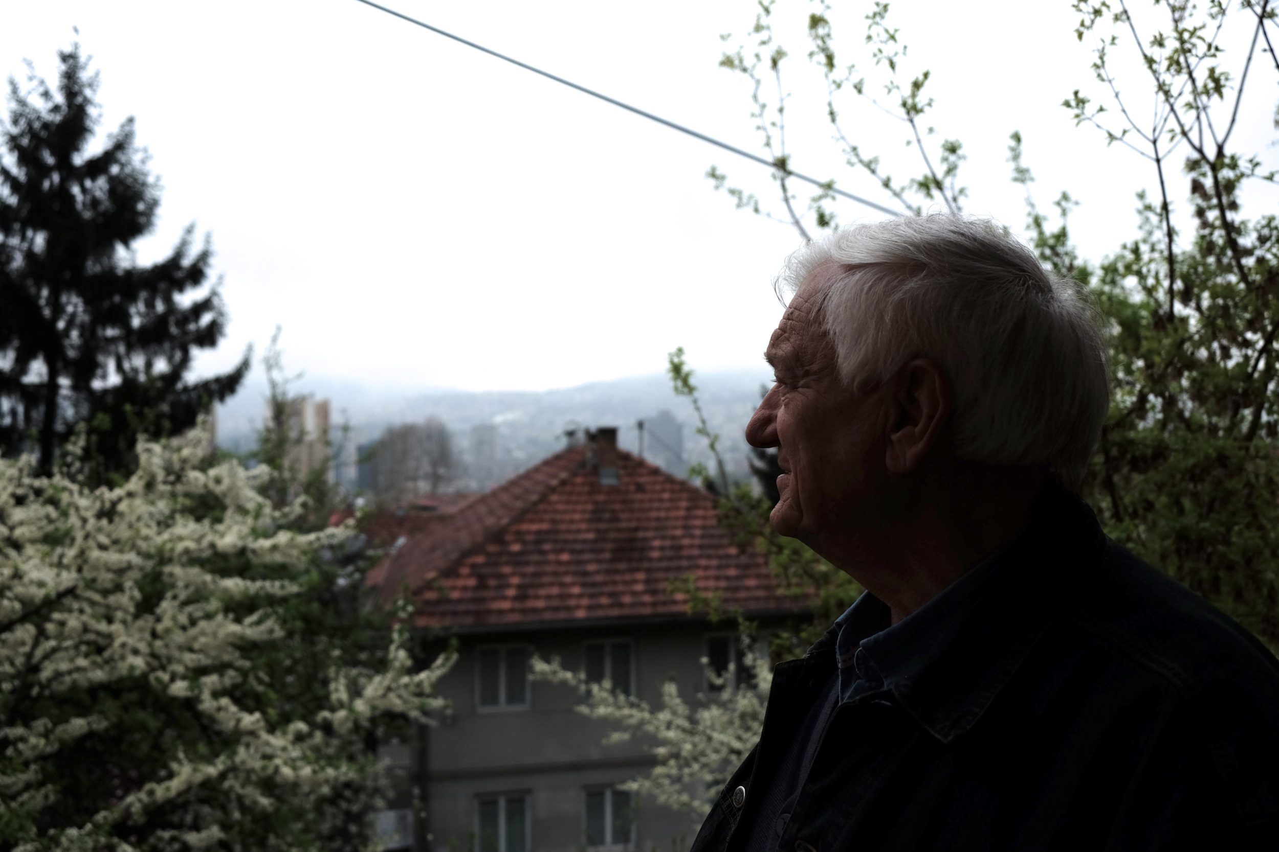 Jovan Divjak sul balcone del suo studio a Sarajevo.