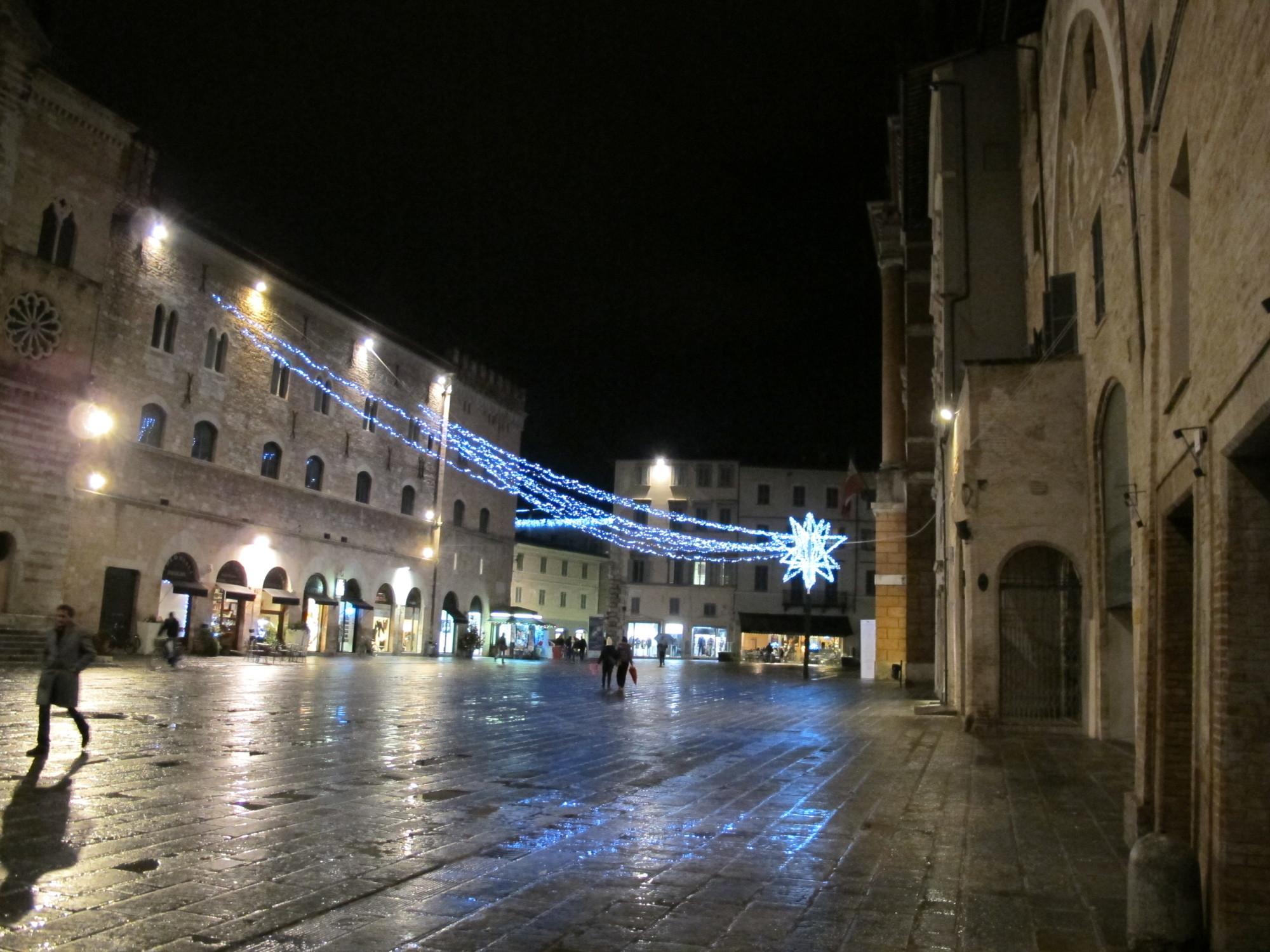 """Foligno, piazza della repubblica 02"""" di I, Sailko. Con licenza CC BY-SA 3.0 tramite Wikimedia Commons"""