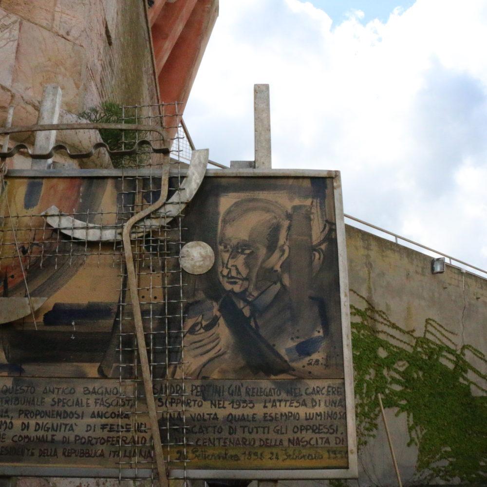 Monumento interno al cortile della Torre della Linguella che ricorda la prigionia di Pertini negli anni Trenta.