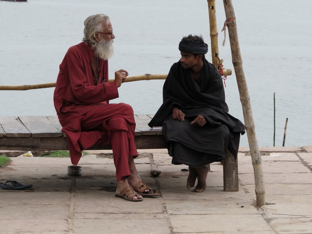 Scene in riva al Gange, il 'maestro' e il discepolo