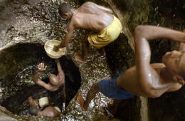 Quando il pozzo è molto profondo, la catena umana per raggiungere l'acqua e portarla all'abbeveratorio può contare anche 7 persone.