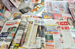 Chinese language newspapers (R front) are on sale at a kiosk in Jakarta on December 15, 2009. Some Chinese language newspapers are continuing to struggle to draw younger readers from the Indonesian Chinese community they started to hit the news stands from 2001. The regime of former Indonesian president Suharto (1966-1998) banned the teaching of Chinese languages in schools throughout the country. AFP PHOTO/ADEK BERRY / AFP PHOTO / ADEK BERRY