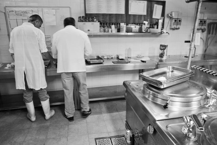 In cucina a preparare l'aperitivo che introduce alla Cena Galeotta