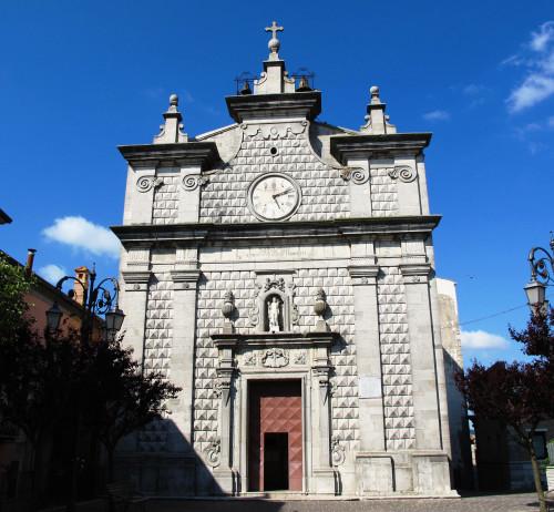 La facciata della chiesa di Monteleone di Puglia