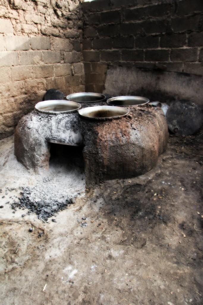 Quattro pentole, un forno dove far ardere la legna. Sopra, a bollire, acqua e miglio