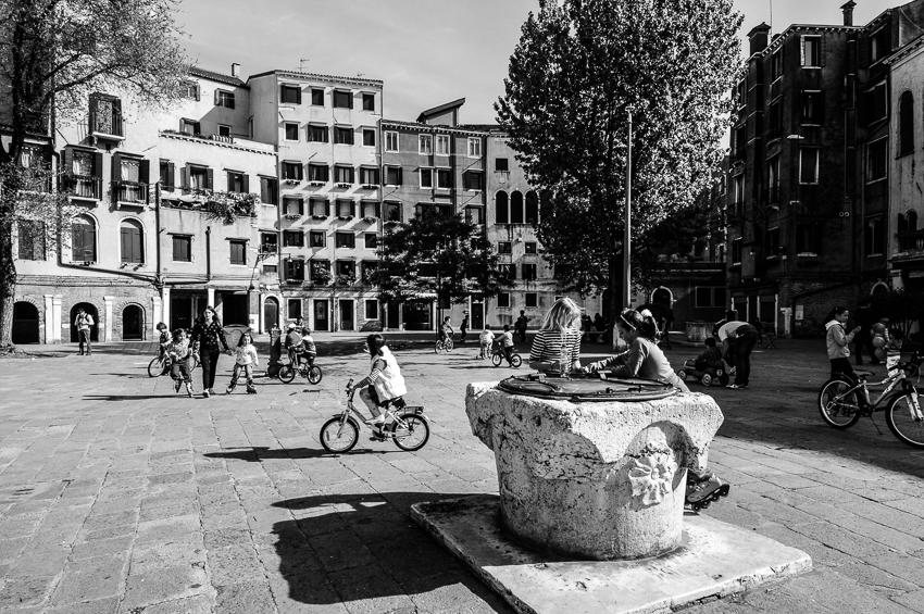Venezia muore di turismo, Venezia muore senza turisti. Dove è la strada di mezzo? Francesca Pangallo racconta la Venezia dove ha scelto di vivere e da dove rischia di doversene andare