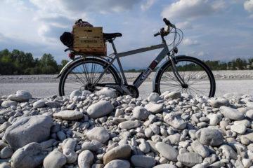Bicicletta su terreno sassoso