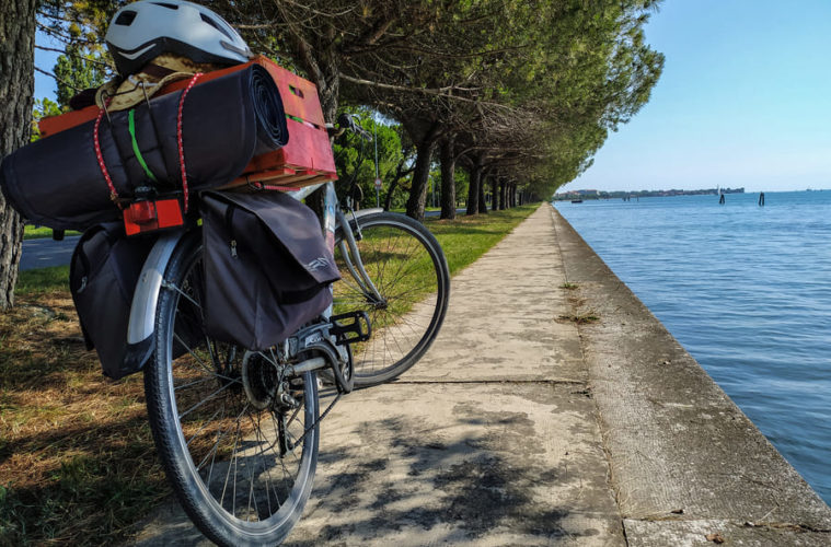 Bicicletta parcheggiata sul lungolaguna al Lido di Venezia