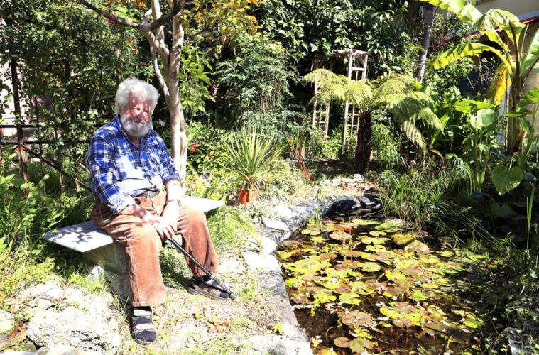 Libereso Guglialmi seduto in giardino