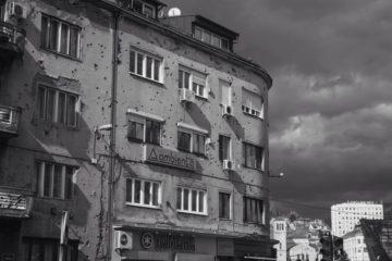 Facciata di un palazzo crivellata dai proiettili